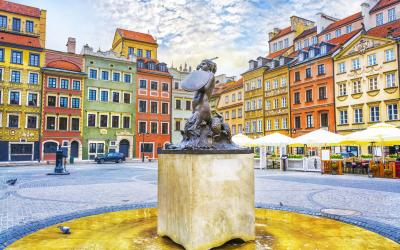 Varsuva   Fountain Mermaid and colorful houses on Old Town Market square