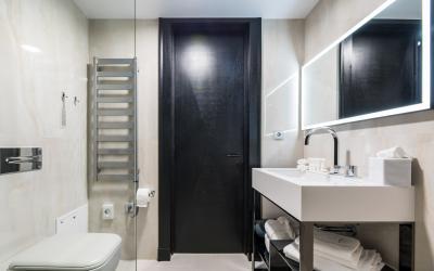 Amsterdam Plaza (Standard room bathroom)