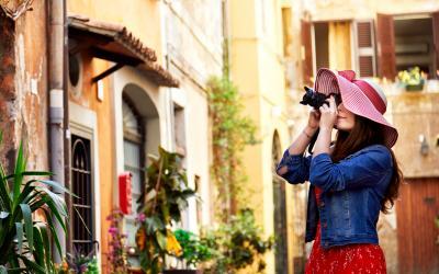 Mergina su fotoaparatu